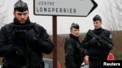 Поліцейські оточили територію, де, ймовірно, переховуються підозрювані