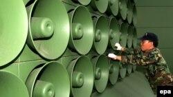 Південнокорейський військовий біля прикордонних пропагандистських гучномовців, фото 2004 року – тоді їх демонтували, але нещодавно знову повернули