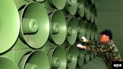 Հյուսիսկորեական բանակի զինծառայողը հեռացնում է բարձրախոսները ապառազմականացված գոտում, արխիվ