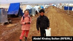طفلان سوريان من سكان مخيم دوميز