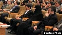 از راست به چپ: باقر لاریجانی، مرضیه وحید دستجردی، محمود احمدینژاد.