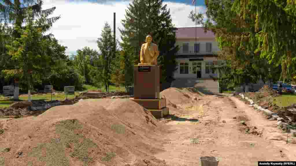 Памятник Ленину перед зданием поселкового совета неизвестные разрушили в ночь на 24 февраля 2014 года. От удара бетонная фигура раскололась, исчезли голова и левая рука. Спустя два месяца местные коммунисты и российские власти поселка восстановили монумент