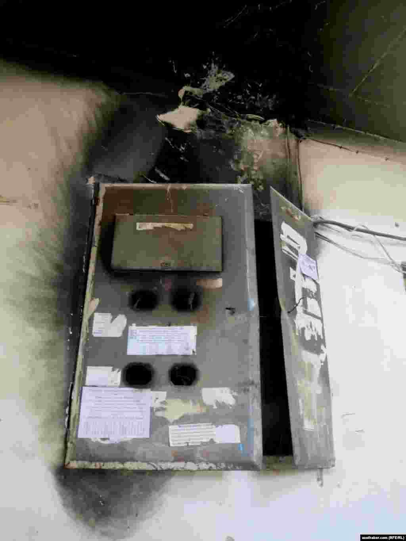 Aşgabdyň köpgatly jaýlarynyň birindäki girelgede elektrik tok geçirijisinde dörän näsazlyk.