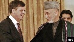 یان پیتر بالکنده، نخست وزیر هلند و حامد کرزای، رئیس جمهوری افغانستان