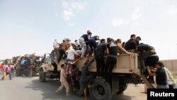 Добровольцы, участвующие в операции иракской армии против боевиков, захвативших Мосул и другие северные районы Ирака, июнь 2014