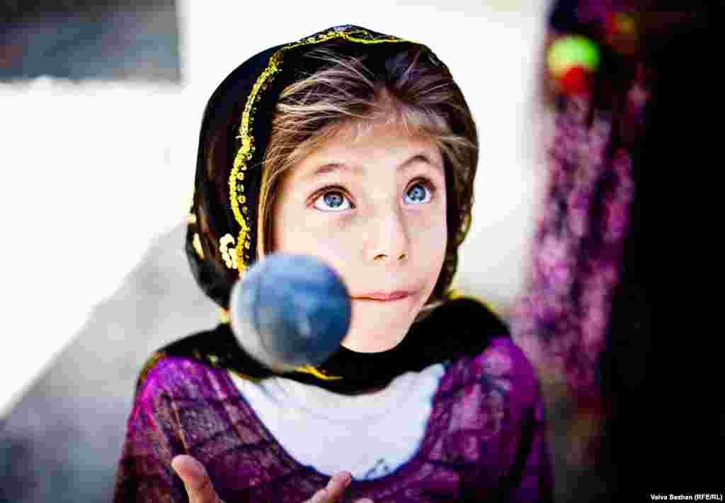 Сальма жонглирует мячиками.