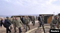 ترکي: د ترکیې ولسمشر عبدالله ګل په هکاري صوبه کې چې له عراق سره په پوله پرته ده.د یوې پوځي پوستې لیدنه کوي.