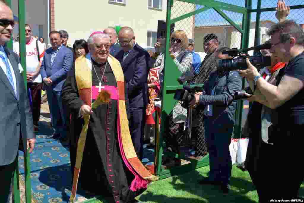 Епископ города Быдгоща (центр Куявско-Поморского воеводства) Ян Тырава освящает спортивную площадку.