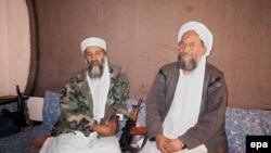 اسامه بن لادن و ایمن الظواهری، رهبران پیشین و کنونی القاعده. ثروت صالح شحاته از معاونان ایمن الظواهری بود که سال ۱۹۹۸ از جهاد اسلامی مصر به بن لادن پیوست.