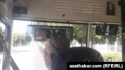 Awtobus sürüjisi maskaly işleýär, Aşgabat, 6-njy iýul, 2020