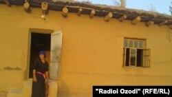 Таджикская женщина у входа в дом. 20 сентября 2012 года.