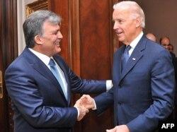 Анкара: президент Туреччини Абдуллах Ґюль вітає віце-президента США Джозефа Байдена. 2 грудня 2011 року