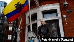 """""""Викиликстин"""" негиздөөчүсү Жулиан Ассанж Эквадордун Лондондогу элчилигинин балконунда, 19-май 2017-жыл."""