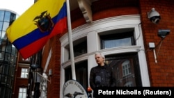 Julian Assange në ambasadën e Ekuadorit në Londër.