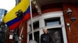 Julian Assange Ekvador səfirliyinin eyvanında