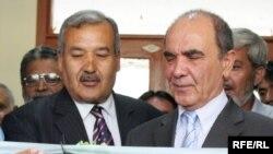 وزیرتحصیلات عالی حین افتتاح لابراتوار درپوهنتون کابل