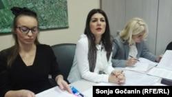 Jovana Stojković (u sredini) sa svojim advokatima na lekarskom Sudu časti
