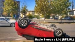 Një makinë e rrokullisur në Prishtinë.