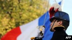 Ushtari francez pranë flamurit gjatë përkujtimit të përfundimit të Luftës së Parë Botërore