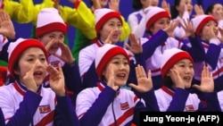 Болельщицы из Северной Кореи на матче между хоккеистками Кореи и Японии. Пхёнчхан, 14 февраля 2018 года.