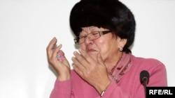 Күдікті Мұхит Тағаевтың анасы Жамал Соқбаева ҰҚК-нің тергеу жүргізу тәсіліне шағым айтады. Алматы, 8 желтоқсан 2009 жыл.
