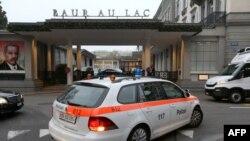 Շվեյցարիա -- Ոստիկանության մեքենան Ցյուրիխի Բաուր otel Բող ու Լաք հյուրանոցի դիմաց, որտեղ կատարվել են ձերբակալությունները, 3-ը դեկտեմբերի, 2015թ․