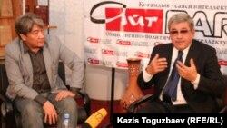 """Бывший кандидат в президенты, депутат сената Гани Касымов (справа) на заседании дискуссионного клуба """"Айт-Парк"""", слева - модератор клуба Нурлан Еримбетов."""
