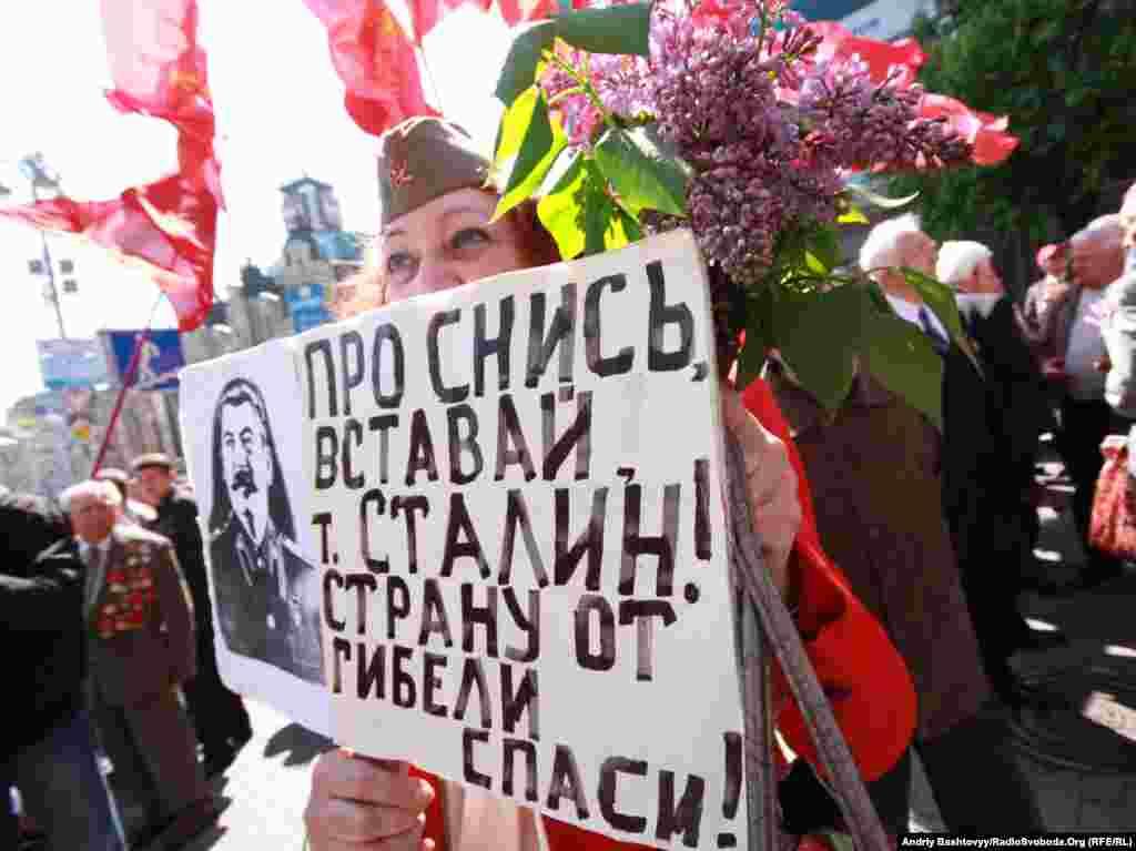 Жінка з портретом Сталіна під час святкування Дня Перемоги у Києві, 9 травня. Photo by Andrii Bashtovyi for Radio Liberty