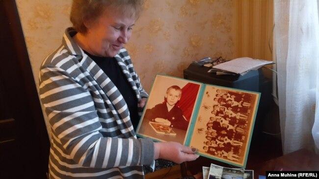 Лариса Рыжова с детскими фотографиями сына