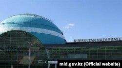 Казахстан - у международного аэропорта Nursultan Nazarbayev в Астане.