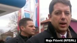 Ljubomir Marić iza Marka Đurića u vreme otvaranja NIS-ove pumpe na Kosovu