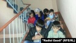 Таджикские дети пользуются интернетом через мобильный телефон.