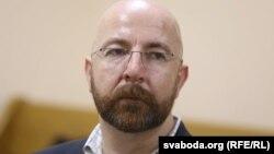 Cуд у Білорусі змушує журналіста AP Юрася Карманова спростувати публікацію про радіацію у молоці