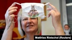 Milli geyimlər ustası Petra Kupke Pasxa motivli maskanı nəzərədən keçirir