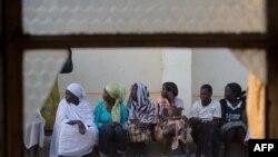 زنان سودان جنوبی در انتظار باز شدن حوزه های رای گیری برای شرکت در همه پرسی استقلال جنوب