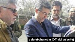 Бывший вице-президент Ирана Эсфандияр Рахим Машаи во время протеста в Тегеране держит в руках копию судебных документов в отношении Хамида Багаи, тоже занимавшего пост вице-президента при Ахмадинежаде. 15 марта 2018 года.
