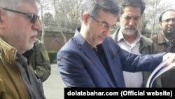 اسفندیار رحیم مشایی مقابل سفارت بریتانیا در تهران