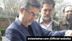 Эсфандияр Рахим Машаи наразылық акциясы кезінде сот шешімінің көшірмесін оқып тұр. Тегеран, 15 наурыз 2018 жыл