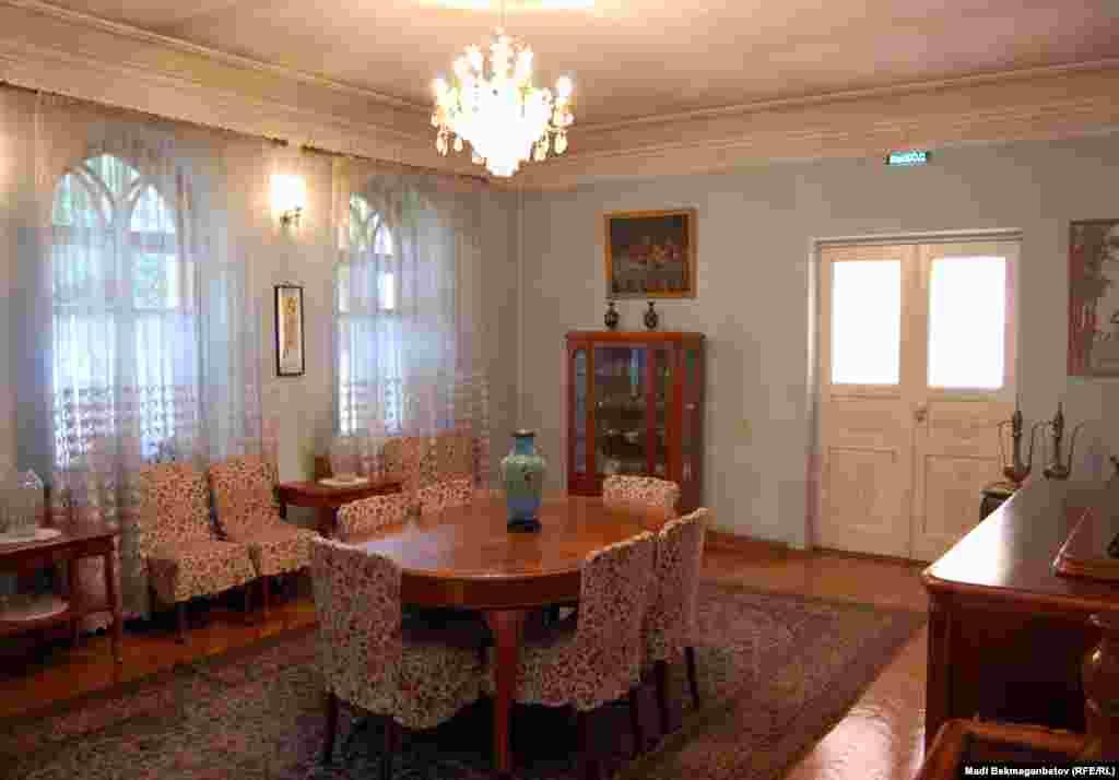 Гостиная обставлена мебелью «Москва-Рига». По словам работников Дома-музея Мухтара Ауэзова, за раздвижным столом могут поместиться 30 человек.