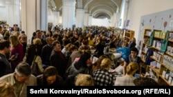 Щороку «Книжковий арсенал» відвідують тисячі людей