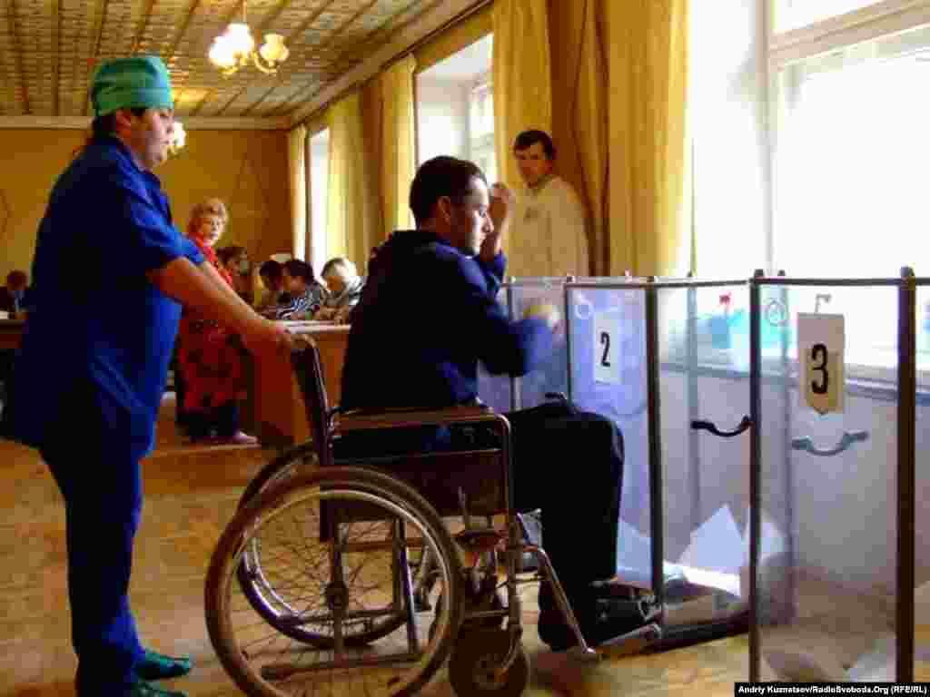 Виборча дільниця в Луганській обласній лікарні. Луганськ, 31 жовтня