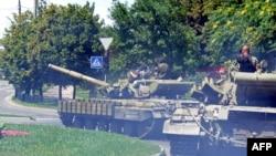 Танки бойовиків угрупування «ДНР» в Донецьку, 21 липня 2014 року