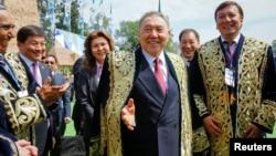 Президент Казахстана Нурсултан Назарбаев (в центре) во время празднования Дня единства народа Казахстана. За его спиной слева - старшая дочь Дарига Назарбаева. Алматы, 1 мая 2016 года