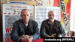 Мікола Шарах (зьлева) і Віктар Стукаў у полацкім офісе СПБ