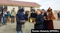 Аким Акмолинской области Сергей Кулагин вручает ключи от новых квартир жителям села Оразак. Акмолинская область, 15 сентября 2015 года.