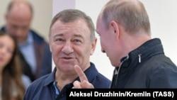 Брати Ротенберги є давніми знайомими президента Росії (на фото – Аркадій Ротенберг і Володимир Путін)