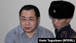 Гражданский активист Ермек Нарымбаев в суде в Алматы.