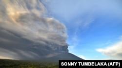 Извержение вулкана Агунг на острове Бали. 26 ноября 2017 года.