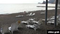Пустой пляж в Крыму. Июль 2014 года.