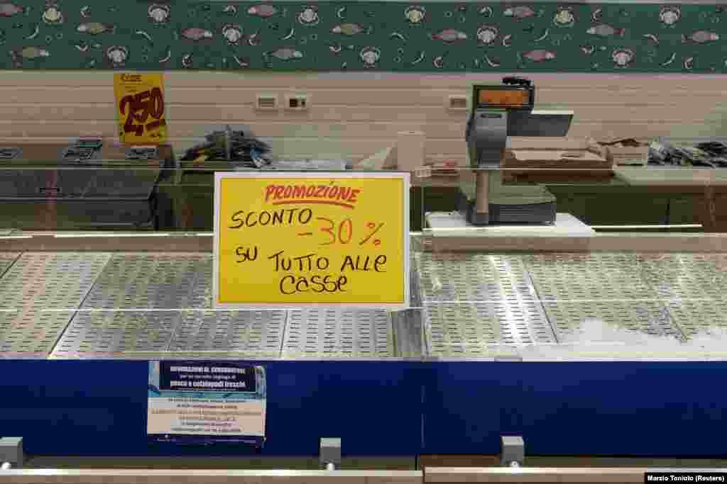 Пустая рыбная полка в супермаркете в Кодоньо. Надпись: «Акция. Скидка 30% на все, что на полке»